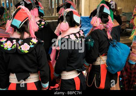 Vue arrière de la femme tribal trois vêtements tribaux traditionnels dans le nord du Vietnam Banque D'Images