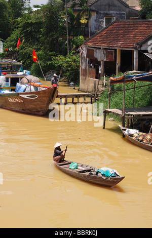 L'aviron en bois petit homme vietnamien [bateau de pêche] sur [dirty brown] de l'eau de la rivière Thu Bon '', 'Hoi Banque D'Images