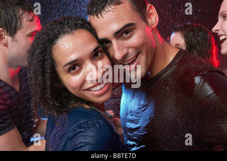Un couple dancing in the rain Banque D'Images