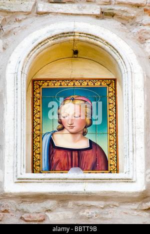 Un mur de culte de carreaux de majolique peint avec une copie de Raphael La Madonna del cardellino de Madonna ou Banque D'Images