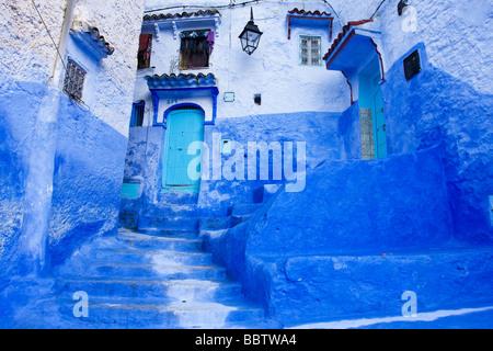 Étapes peinte en bleu à Chefchaouen Maroc Afrique du Nord Banque D'Images