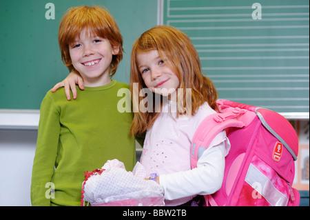 Deux enfants à l'école primaire, d'amis ou de frères et sœurs dans une salle de classe Banque D'Images