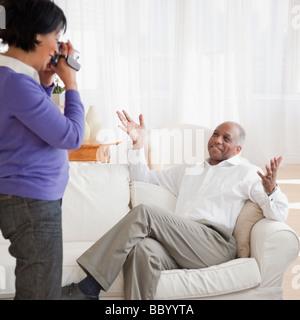 Femme africaine dans l'enregistrement mari livingroom Banque D'Images