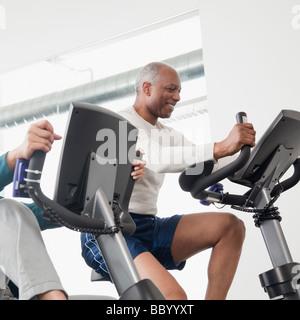 L'homme de l'Afrique de l'exercice dans le club de santé Banque D'Images