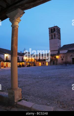 Place principale de nuit. Pedraza. La province de Ségovie. Castille Leon. L'Espagne. Banque D'Images