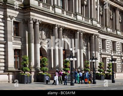 Un groupe de visiteurs asiatiques à l'extérieur de Glasgow City Chambers à George Square, Glasgow. Banque D'Images
