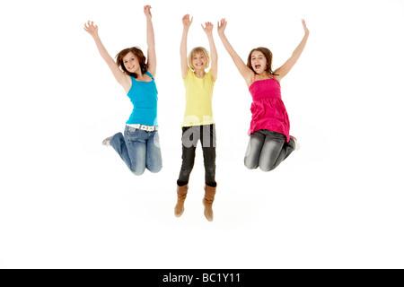 Groupe de trois jeunes filles sautant dans l'air Banque D'Images