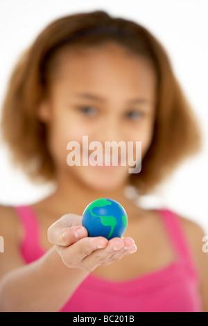 Jeune fille Hoiding petit globe Banque D'Images