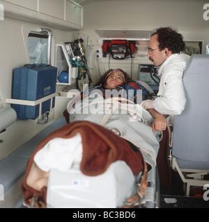 Paramedic examine un malade dans une ambulance SerieCVS100023163 Banque D'Images