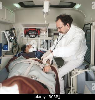 Paramedic examine un malade dans une ambulance, SerieCVS100023163 SAC IV, Banque D'Images