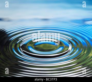 Baisse de l'eau reflétant le ciel nuages Banque D'Images