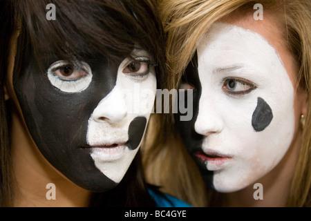 Deux adolescentes ayant eu leur visage peint en noir et blanc couleurs spectaculaire Banque D'Images