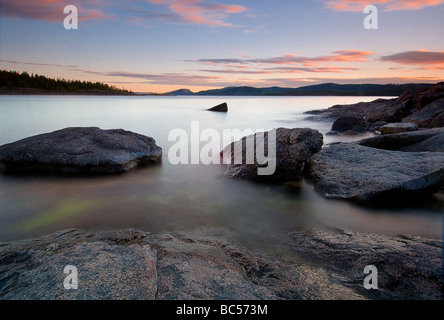 Au coucher du soleil sur la côte baltique Rotsidan près de Nordingra la Suède. Une partie de l'UENSCO World Heritage Banque D'Images