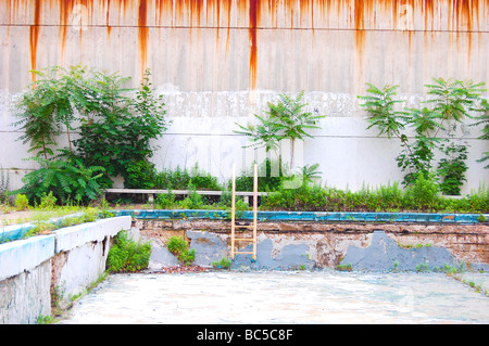 Impression photo d'une abandonnée et décrépite, piscine vide (pour un usage éditorial uniquement) Banque D'Images