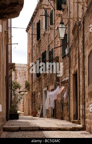 Rue étroite, avec lave-séchage, dans la vieille ville fortifiée de Dubrovnik, Croatie