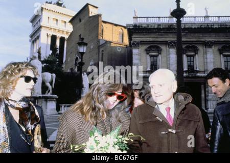 Moravia, Alberto, 28.11.1907 - 26.9.1990, écrivain/auteur italien, demi-longueur, avec NIPS, Rome, 1980, , Banque D'Images