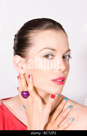 Jeune femme avec maquillage coloré Banque D'Images
