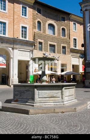 Piazza della Repubblica et de la fontaine à Urbino Banque D'Images