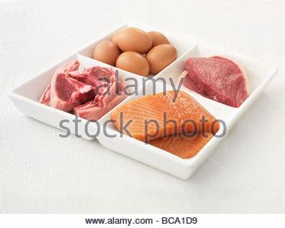 Close up of a sectionné la plaque avec les oeufs, le porc, le saumon et le steak Banque D'Images