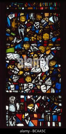 Wells Cathedral et fenêtre dans la chapelle dame avec des fragments de vitraux médiévaux montrant des diables Banque D'Images