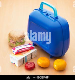 École pour enfants en santé boîte à lunch avec rouleau complet,les satsumas, fromage, jus d'orange et de biscuit. Banque D'Images