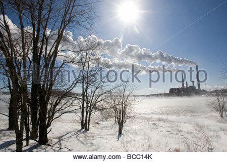 Centrale thermique au charbon en hiver sous le vent souffle avec des émissions Banque D'Images