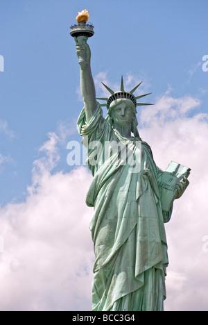 Statue de la liberté dans le port de New York le 4 juillet 2009 4e lorsque la couronne a rouvert ses portes au public Banque D'Images
