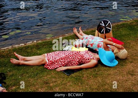 La femme couchée par Tamise au Henley Royal Regatta, Henley-on-Thames, Oxfordshire, England, UK