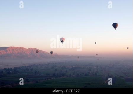"""[Ballons] de haut vol sur """"West Bank"""" au lever du soleil, Luxor, Egypte Banque D'Images"""