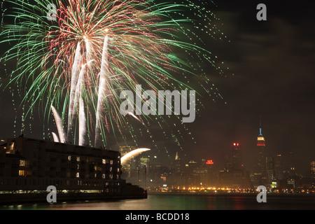 Le rapport annuel de Macy's Fourth of July fireworks extravaganza allume le ciel au-dessus de la rivière Hudson Banque D'Images
