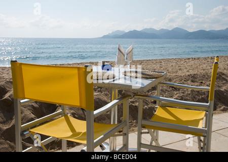 Un café sur la plage à Cannes, Côte d'Azur, sud de la France, Europe Banque D'Images