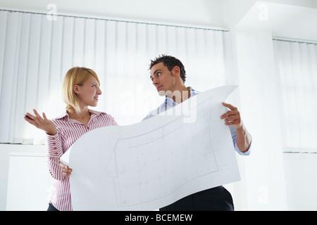 Les hommes et les architectes holding blueprint Banque D'Images