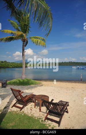 Des chaises sur une plage sur une île tropicale Banque D'Images