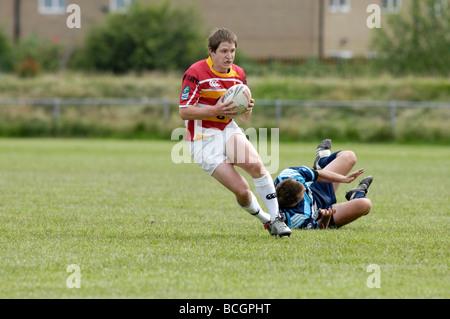 Rugby joueur va passé un adversaire Banque D'Images