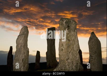 Le cercle de pierres néolithiques, Callanish Standing Stones, Coucher du soleil, le solstice d'été, à l'île de Lewis, Hébrides extérieures, en Écosse