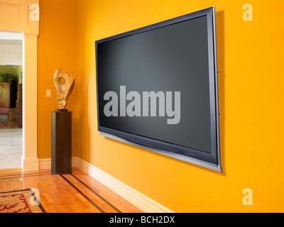 La télévision murale à écran plasma jaune horizontal Banque D'Images