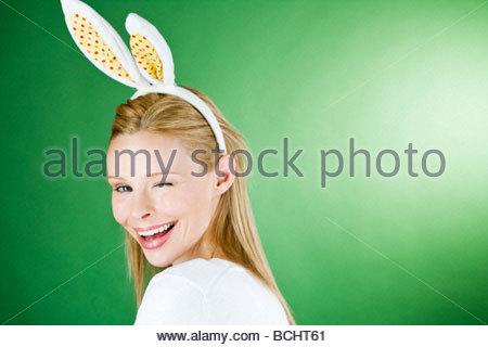 Une jeune femme blonde portant des oreilles de lapin, avec un clin d Banque D'Images