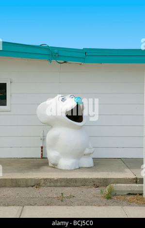 Récipient en forme de corbeille d'ours avec bouche ouverte contre l'édifice en bois blanc fast food restaurant Banque D'Images