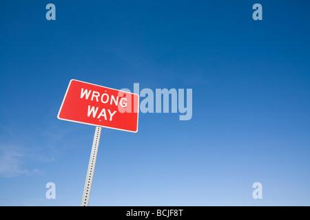 Rouge Blanc mauvaise façon highway panneau d'avertissement contre le ciel bleu Banque D'Images