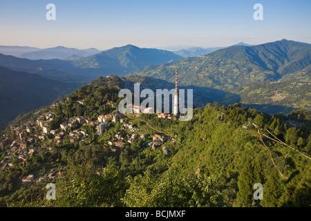 L'Inde, le Sikkim, Gangtok, vue de la ville et de la tour de télécommunication de Ganesh Tok viewpoint Banque D'Images