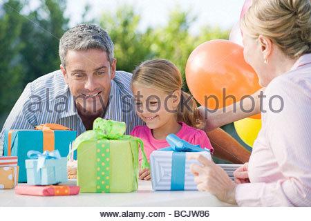 Petite fille et son père à la recherche de cadeaux d'anniversaire Banque D'Images