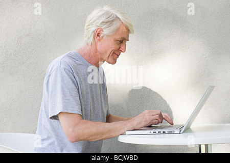 Middle aged man using laptop Banque D'Images