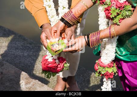 Couple holding puja en cérémonie de mariage indien Banque D'Images
