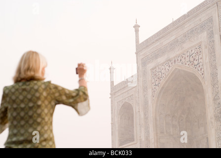 Woman taking picture of Taj Mahal Palace. Agra, Inde. Banque D'Images