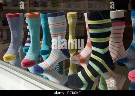 Mode de mens chaussettes dans la fenêtre de magasin Central London off Saville Row Angleterre Banque D'Images
