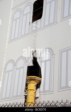 Protection contre la poussière au moyen d'une bâche lors de la rénovation d'un bâtiment ancien Banque D'Images