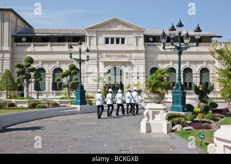 Thaïlande, Bangkok. Changement de la garde au Roi de Thaïlande s Royal Grand Palace complexe à Bangkok. Banque D'Images