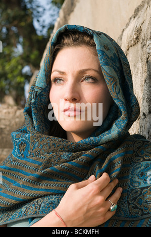 Young woman wearing headscarf Banque D'Images