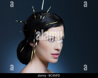 Jeune femme avec des cheveux en porc-épic Banque D'Images
