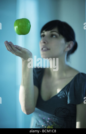 Flottant dans l'air au-dessus d'Apple woman's hand